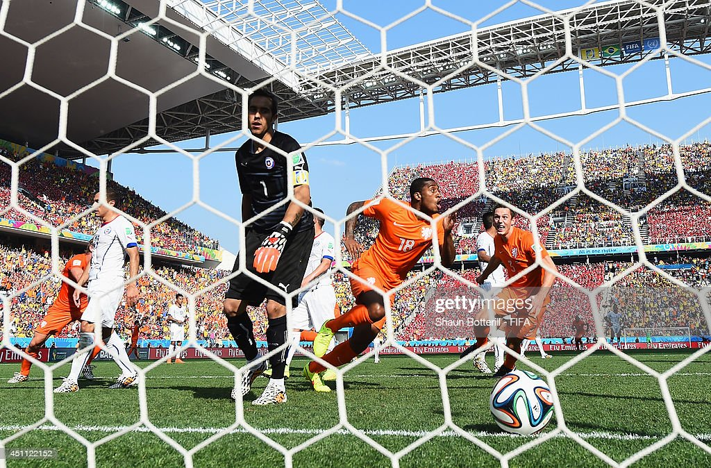 Leroy Fer (3rd R) of the Netherlands celebrates scoring his team's first goal past Claudio Bravo (3rd L) of Chile during the 2014 FIFA World Cup Brazil Group B match between Netherlands and Chile at Arena de Sao Paulo on June 23, 2014 in Sao Paulo, Brazil.