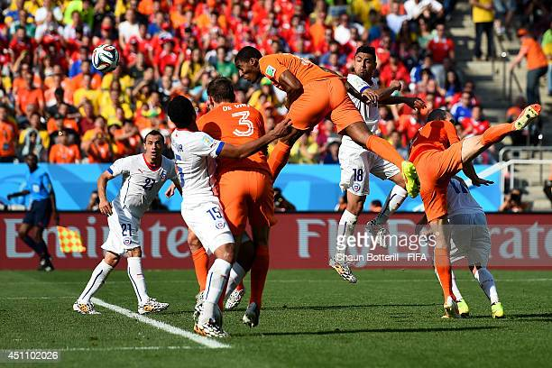 Leroy Fer of the Netherlands scores his team's first goal during the 2014 FIFA World Cup Brazil Group B match between Netherlands and Chile at Arena...