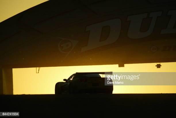 Les 24 heures du Mans au petit matin sous le pont Dunlop 24 heures du Mans 2005 Circuit de la Sarthe Endurance