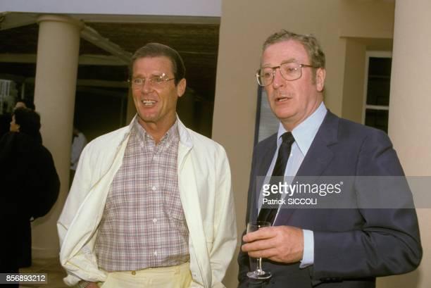 Les acteurs britanniques Roger Moore et Michael Caine au tournoi de tennis de MonteCarlo le 13 juin 1988 a MonteCarlo Monaco
