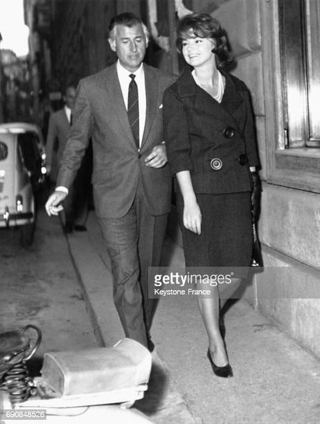 Les acteurs Stewart Granger et Sylva Koscina marchent dans la rue