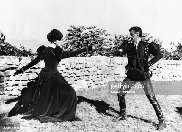 Les acteurs Sylva Koscina et Stewart Granger se battent en duel pour le film 'Le Mercenaire' réalisé par Etienne Perier et Baccio Bandini