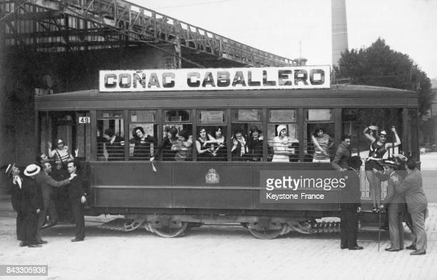 Les actrices d'un théâtre madrilène partant en excursion dans un tramway piloté par l'une d'elles en maillot de bain à cause de la chaleur en Espagne...