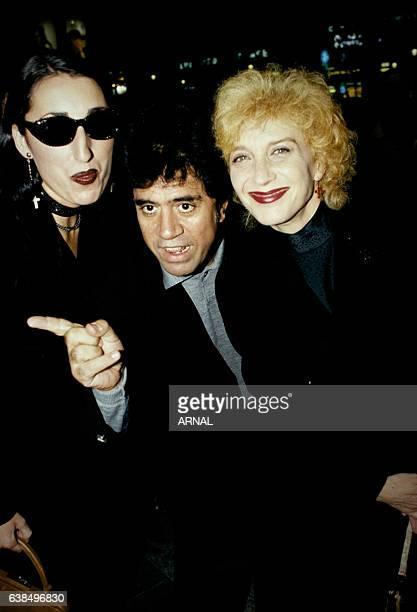 Les actrices espagnoles Rossy de Palma et Marisa Paredes accompagnant le réalisateur Pedro Almodovar à la première de son film 'La Fleur de mon...
