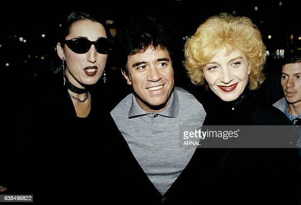 Les actrices espagnoles Rossy de Palma et Marisa Paredes posent avec le réalisateur Pedro Almodovar à la première de son film 'La Fleur de mon...