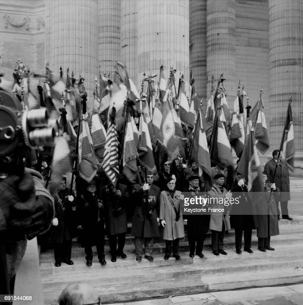 Les anciens combattants portant des drapeaux rendent une dernier hommage lors de la cérémonie du transfert des cendres de Jean Moulin au Panthéon à...