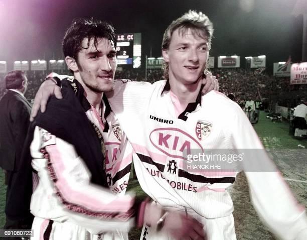 les attaquants lensois Anton Drobjnak auteur des deux buts de son équipe et Tony Vairelles se congratulent après leur victoire sur le leader Metz le...