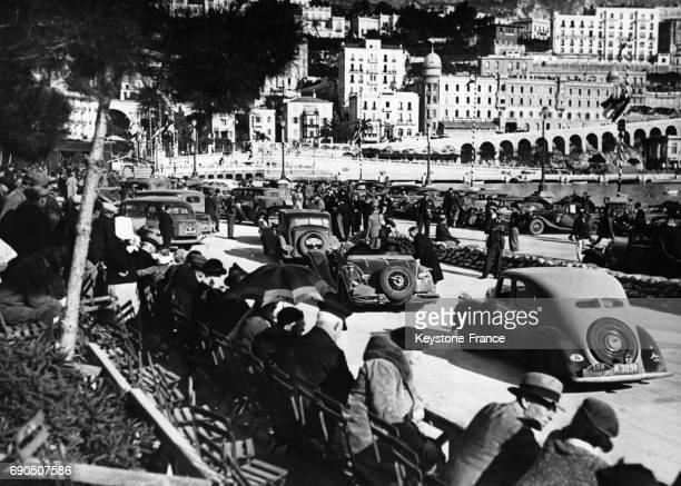 Les automobiles attendent sous le regard des spectateurs de faire leur entrée sur le circuit de MonteCarlo Monaco en janvier 1935