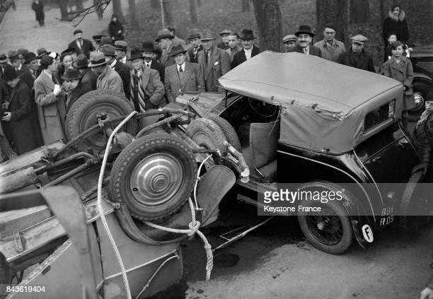 Les carcasses de deux voitures entrées en collision au Bois de Boulogne le 18 janvier 1933 à Paris France