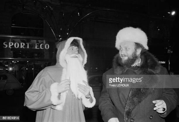 Les chanteurs Antoine déguisé en Père Noël et Ivan Rébroff lors d'un tournage pour la télévision en décembre 1969 à Paris France