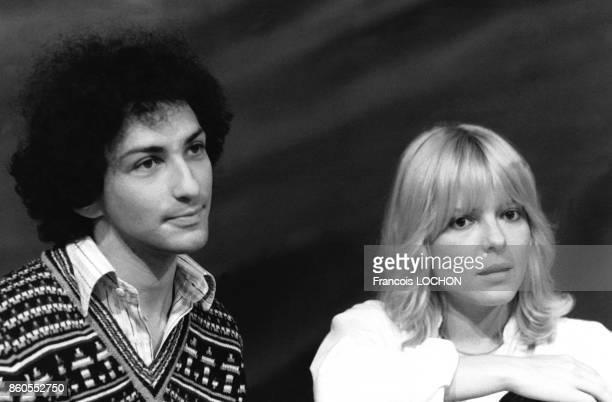 Les chanteurs Michel Berger et France Gall sur le plateau d'une émission de télévision de TF1 à Paris en France le 24 septembre 1976