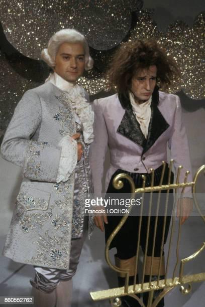 Les chanteurs William Sheller et Michel Jonasz costumés participent à l'émission 'Les Rendezvous du Dimanche' en juin 1976 à Paris France