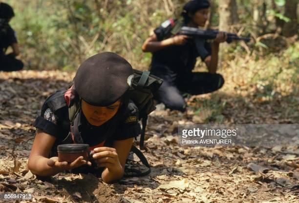Les Chasseuses de la Jungle' compagnie d'elite feminine en Thailande pose du detonateur d'une mine en septembre 1990 en Thailande
