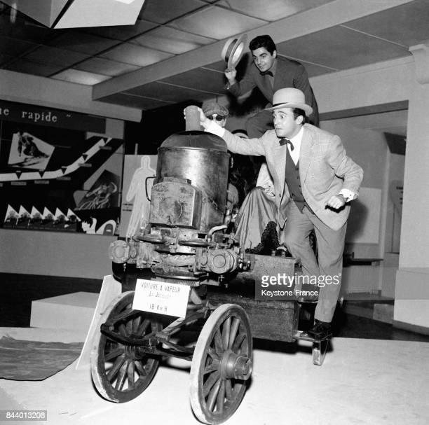 Les célèbres acteurs Roger Pierre et JeanMarc Thibault sur une voiture à vapeur à Paris France le 15 décembre 1955