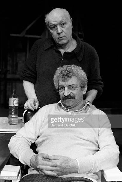 Les comédiens français Daniel Ivernel et Yves Robert dans la pièce 'L'escalier' à Paris France le 10 février 1982
