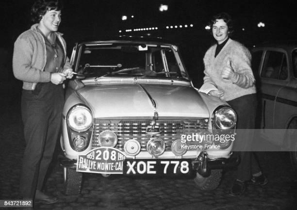 Les concurrentes britanniques Pat Moss et Ann Wisdom photographiées devant leur voiture Austin avant le départ du rallye Place Vendôme à Paris France...