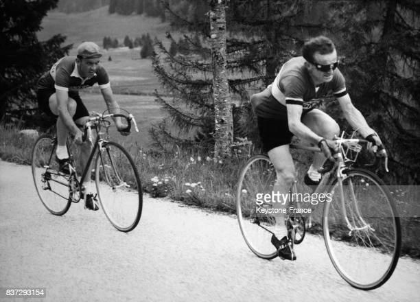 Les cyclistes français Edouard Fachleitner et Jean Robic lors d'une étape sur le Tour de Romandie circa 1960 en Suisse