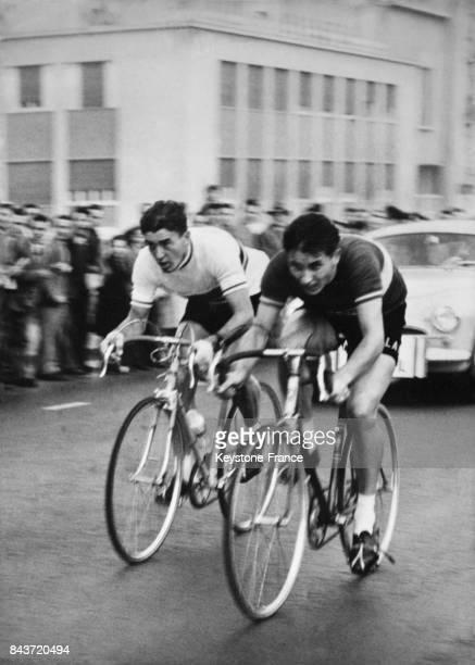 Les cyclistes Louison Bobet et Jacques Anquetil en pleine action lors de l'arrivée à Milan Italie prennent la seconde place dans le trophée Baracchi...