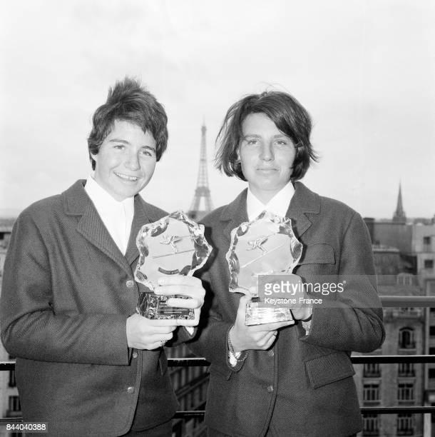Les deux championnes olympiques de ski à droite Christine et Marielle Goitschel tenant leur trophée 'Le Ski d'Or Martini' à Paris France le 17 avril...