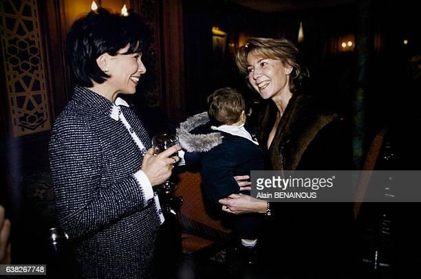 Les deux journalistes Anne Sinclair et Claire Chazal durant une soirée le 5 février 1996 à Paris France