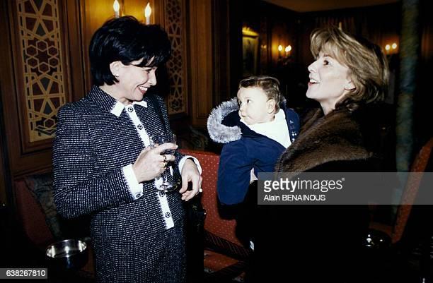 Les deux journalistes Claire Chazal et Anne Sinclair discutent lors d'une soirée le 5 février 1996 à Paris France