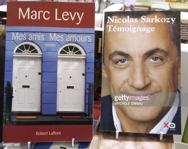 Les deux ouvrages 'Mes amis mes amours' le dernier roman de Marc Levy et 'Témoignage' de Nicolas Sarkozy installés fermement en tête des meilleures...