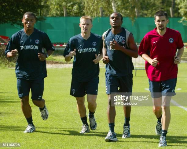 les défenseurs José PierreFanfan Lionel Potillon Chiguy Lucau et le préparateur sportif Cyril Moine participent le 22 juillet 2003 au camp des Loges...