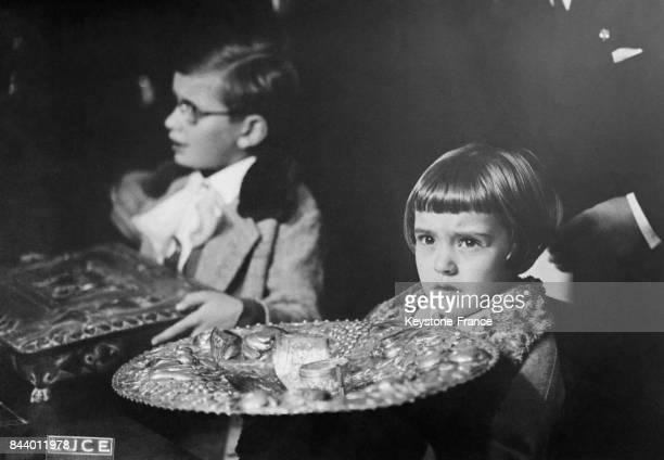 Les enfants de Mussolini Romano et Anna Maria montrent l'exemple en remettant leurs médailles et autres objets en or et argent à un bureau de...