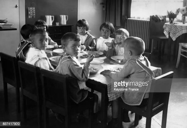 Les enfants déjeunent dans un orphelinat 'Sonnenhaus' qui vise à améliorer le quotidien des enfants dans ce genre d'établissement circa 1930 à Berlin...