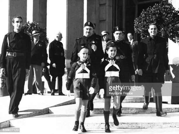 Les enfants du ministre de l'Education nationale Bottai et des Affaires étrangères Ciano en uniformevont à l'école à Rome Italie
