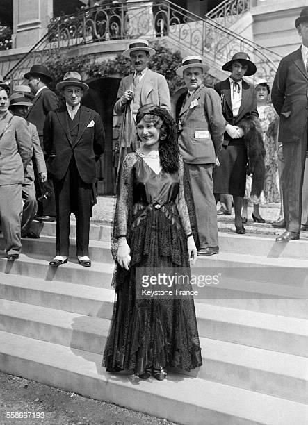 Les femmes de la haute société portent des tenues élégantes à l'hippodrome d'Auteuil lors d'un concours hippique circa 1930 à Paris France