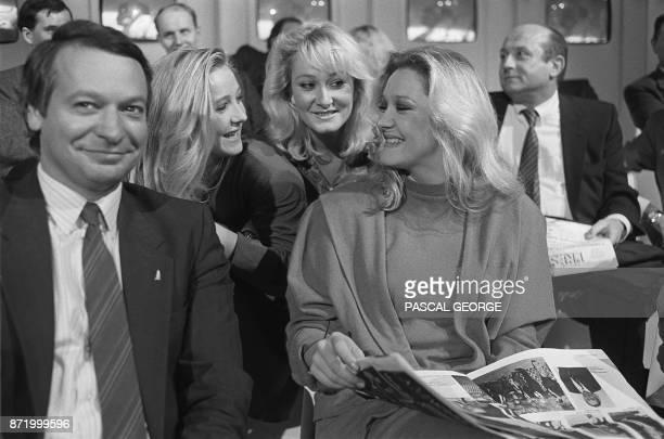 Les filles du leader du Front National JeanMarie Le Pen de G à Dr Marine Yann et MarieCaroline discutent le 16 octobre lors de l'émission télévisée...
