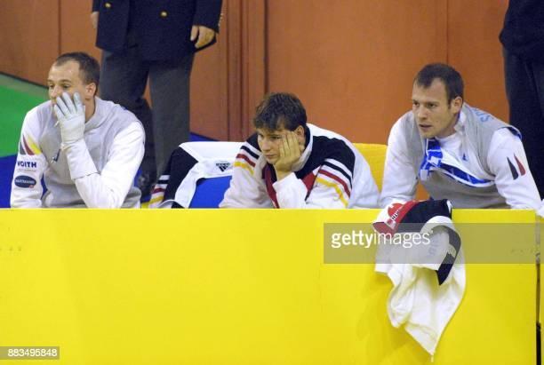 Les fleuretistes Allemands Christian Schlechtweg Dominik Behr et Ralf Bissdorf semblent attristés de leur élimination en demifinale du fleuret par...