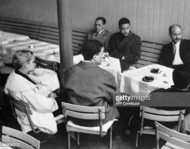 Les footballeurs algériens Abdelhamid Bouchouk et Abdelhamid Kermali Saïd Brahimi et sa femme sont réunis au café d'Angleterre à Lausanne afin de...