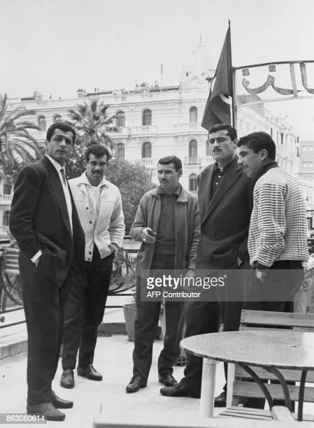 Les footballeurs algériens Mustapha Zitouni Kadour Bekhloufi Abdelaziz Ben Tifour Abderramane Boubekeur et Amar Rouaï posent à Tunis le 18 avril 1958...