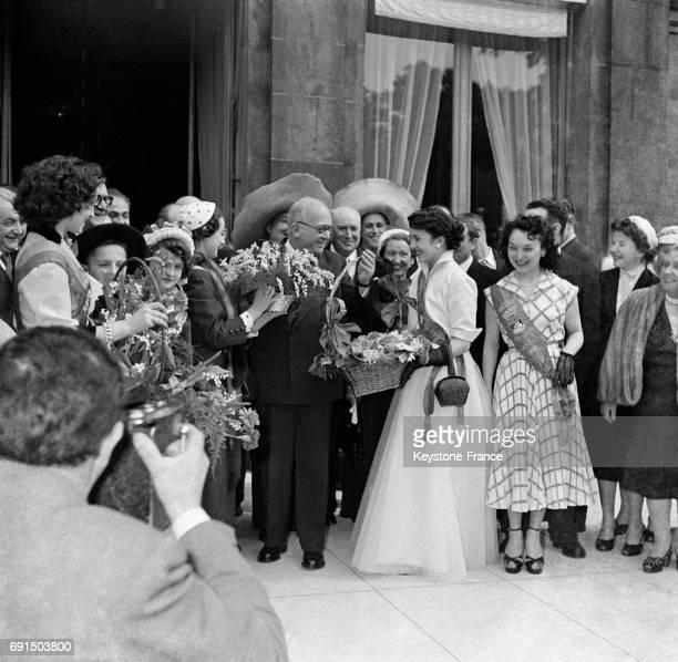 Les Forts des Halles accompagnés par la Reine des Halles offrent au Président Auriol le muguet portebonheursur les marches du Palais de l'Elysée à...