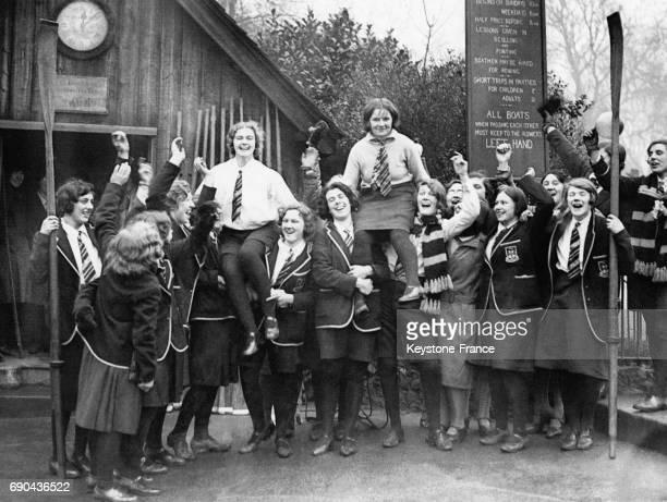 Les gagnantes de la course d'aviron sont portées par leurs camarades après leur victoire à Londres RoyaumeUni le 7 février 1931