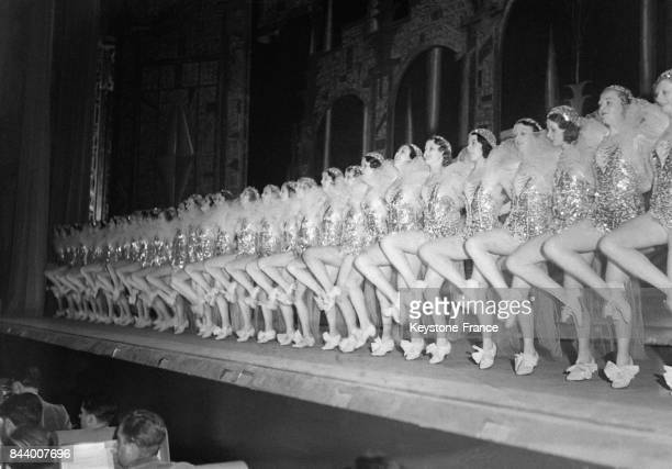 Les 'Girls' troupe de danseuses de Broadway dansent sur scène pendant leur saison parisienne au Rex en 1932 à Paris France