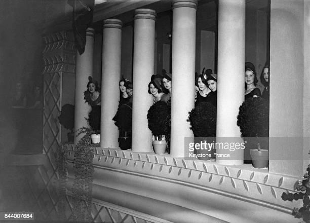 Les 'Girls' troupe de danseuses de Broadway visitent les hauts lieux de la capitale pendant leur saison parisienne au Rex en 1932 à Paris France