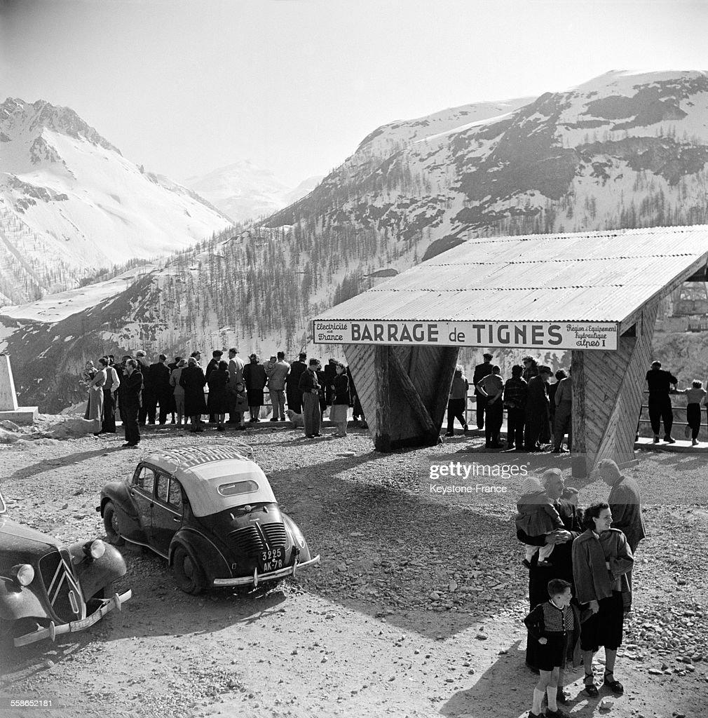 Les habitants ayant évacué le village de Tignes regardent la mise en eau du barrage du Chevril à Tignes Savoie France en avril 1952