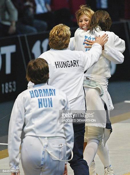 les Hongroises Adrien Hormay Hajnalka Kiraly et Hajnalka Toth viennent féliciter leur coéquipière Ildiko Mincza le 21 août 2002 à Lisbonne après la...