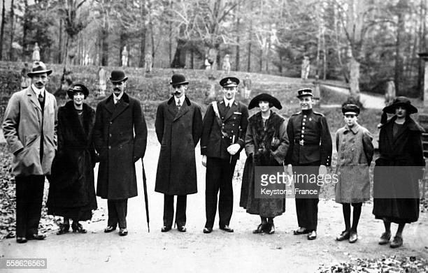 Les invités royaux au mariage de la princesse Dagmar photographiés avec de gauche à droite le roi Christian X de Danemark la princesse Ingeborg le...
