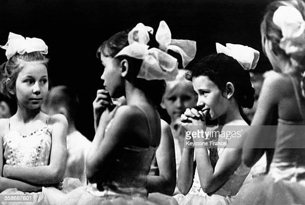 Les jeunes danseuses de l'ensemble russe Orlionok usine Octobre Rouge ont le trac avant d'entrer en scène le 24 février 1969 à Volgograd Russie