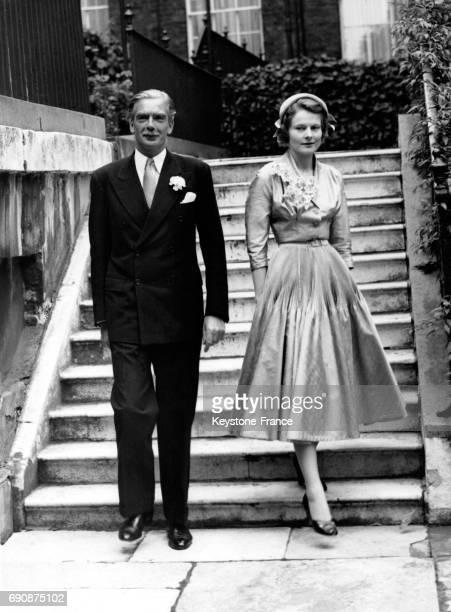Les jeunes mariés Anthony Eden et sa femme Clarissa photographiés à 10 Downing Street à Londres RoyaumeUni le 14 août 1952
