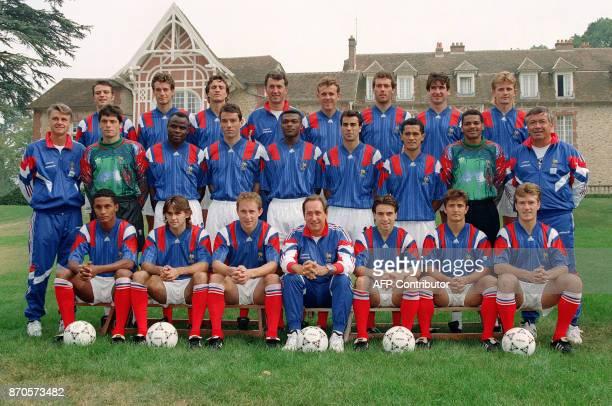 les joueurs de l'équipe de France de football posent le 19 août 1993 à Clairefontaine pour la photo officielle avant le match du 22 août contre la...