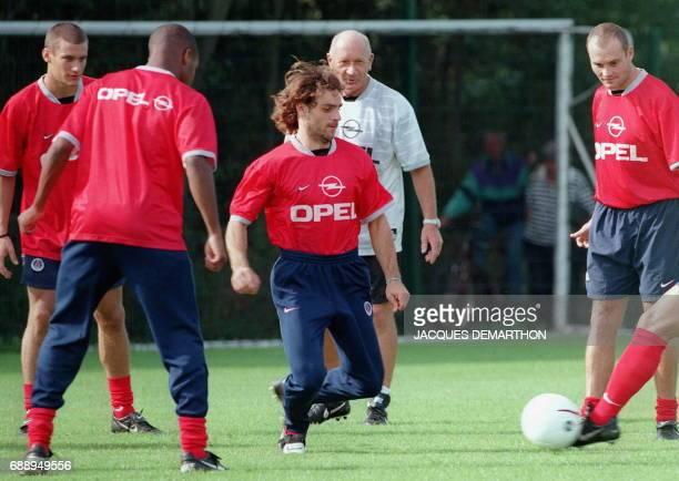les joueurs du Paris SG Marco Pantelic Didier Domi Marco Simone et Vincent Guérin s'entraînent sous l'oeil de JeanClaude Perrin préparateur physique...