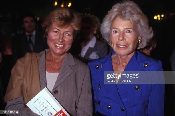 Les journalistes Christine Clerc et Claude Sarraute lors de la soiree pour la sortie du livre Les amants du Recamier en octobre 1994 a Paris France