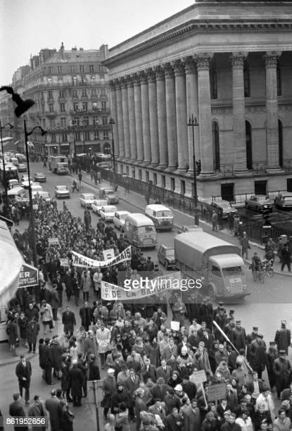 Les manifestants qui se dirigent vers la République passent devant la Bourse à Paris pendant la manifestation appelée par la CGT et la CFDT pour...