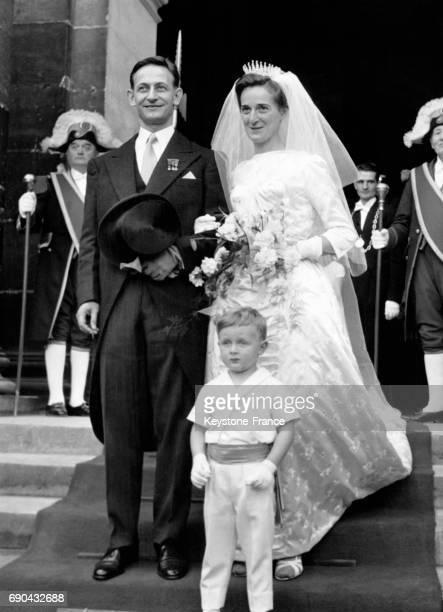 Les mariées Robert Galley et Jeanne Leclerc de Hauteclocque sur les marches de la chapelle SaintLouis des Invalides à PAris France le 27 octobre 1960