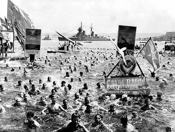 Les marins de la flotte de la mer noire formant dans l'eau la figure de l'étoile le jour de la marine russe à Sébastopol Russie le 6 août 1958